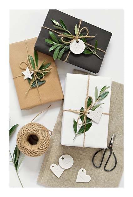 paquets cadeaux en papier avec branche végétale