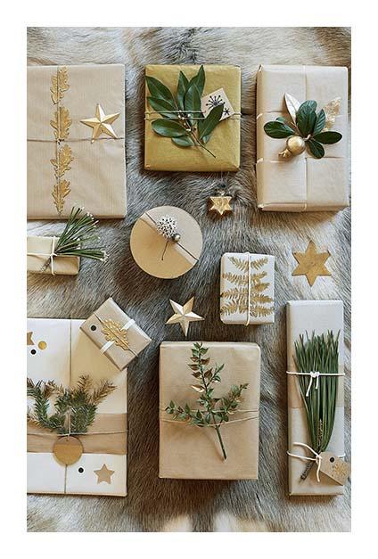 Plein de petits paquets cadeaux avec ornement végétal