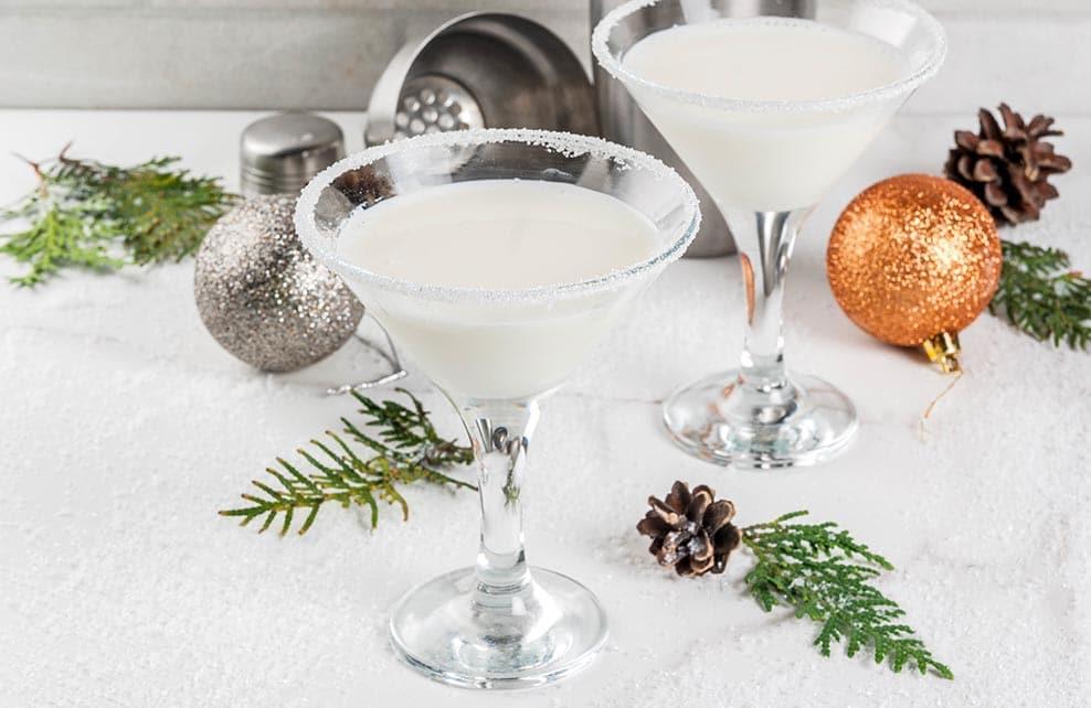 coupes remplies de cocktail dans une ambiance noel ccooning