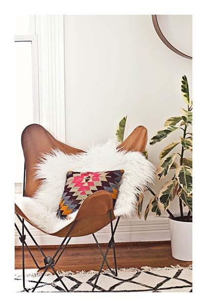 fauteuil papillon en cuir avec coussins cosy