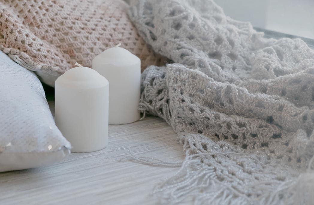 plaids et bougies pour un intérieur cosy