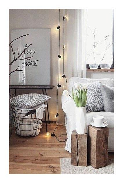 Salon hygge avec ampoules lumineuses