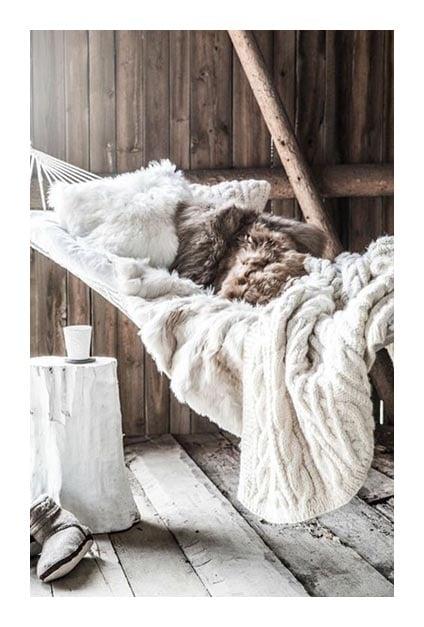 Hamac avec coussins et plaids pour un intérieur hygge