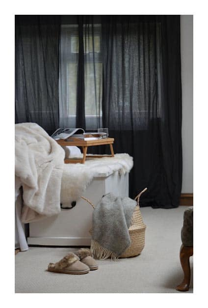 Salon hygge avec rideaux en lin