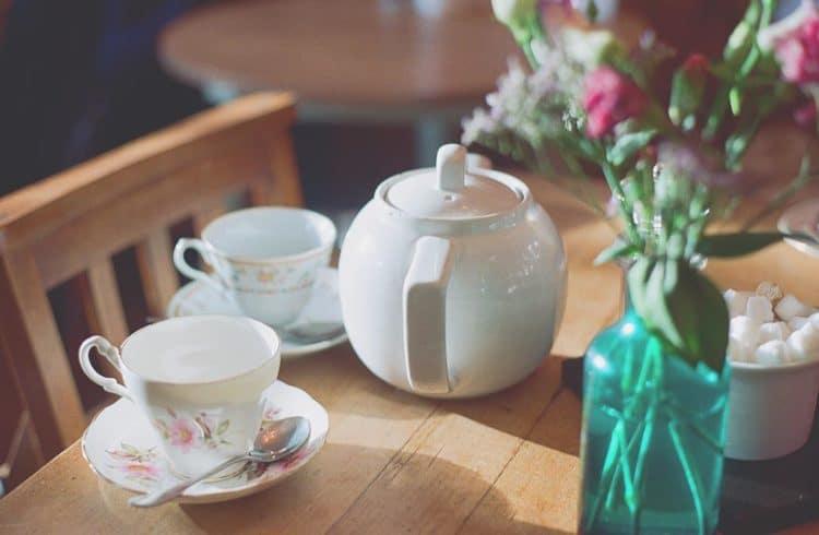 tasses et théière posées sur une table dans un salon de thé