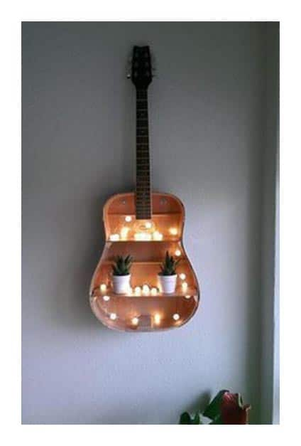 Guitare transformée en étagère