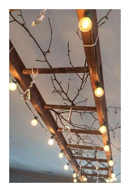 Echelle accrochée au plafond pour servir de support pour lumières