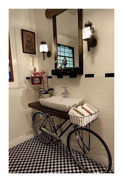 Vélo détourné en meuble pour une salle de bain