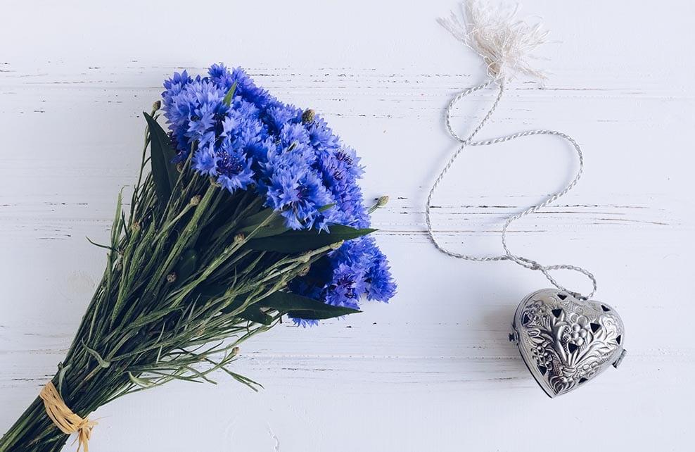 bouquet de bleuets avec pendentif argent en forme de coeur