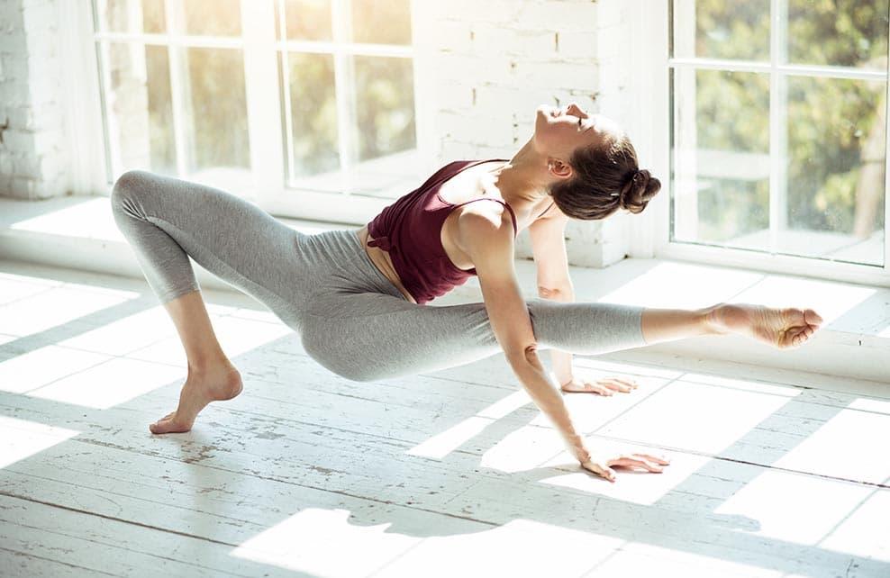 Jeune danseuse faisant du yoga