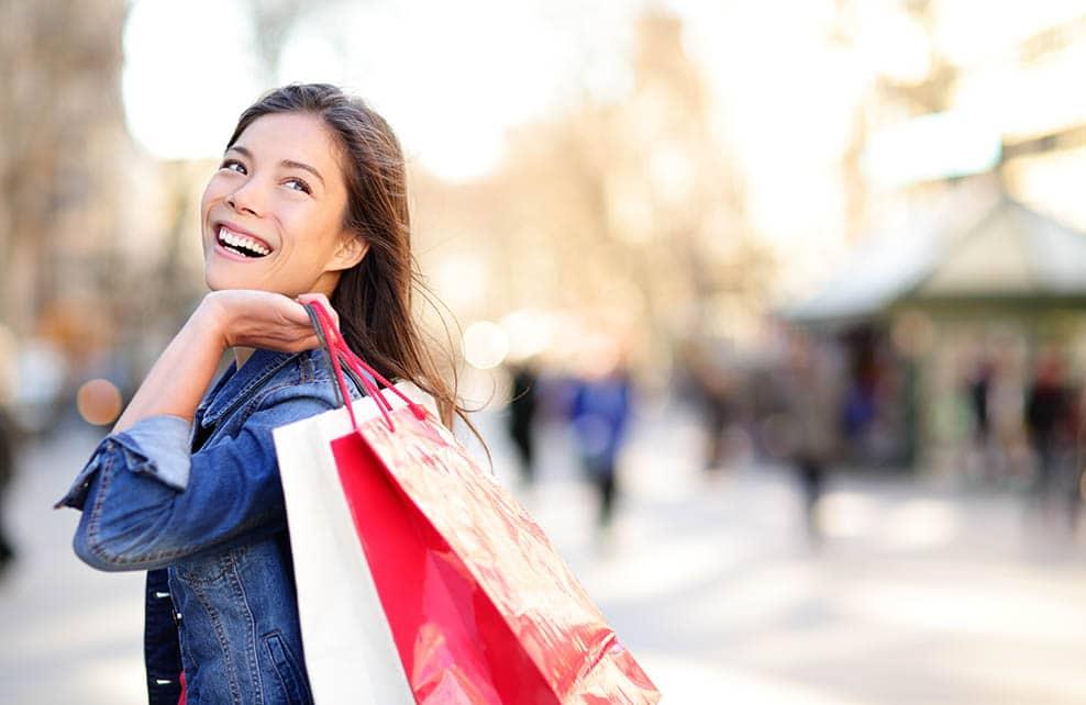 femme portant ses sacs de shopping dans la rue