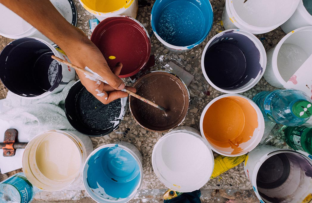 Pots de peinture de couleurs différentes