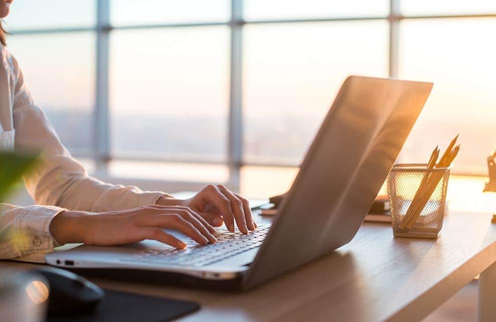 Femme tapant sur son ordinateur portable