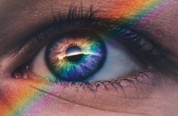 oeil sur lequel on voit un arc en ciel de couleurs