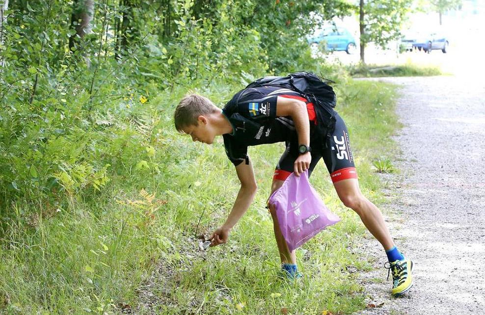 Jeune suédois pratiquant le plogging
