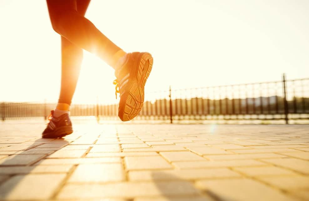 Pieds d'une jeune femme en train de faire son jogging