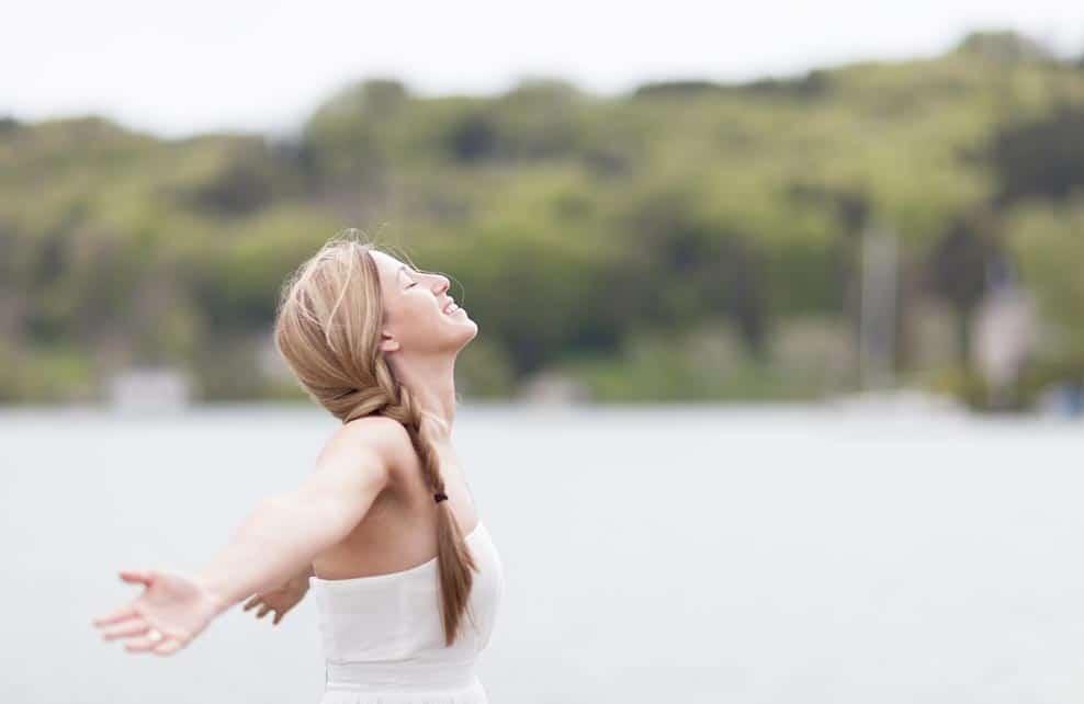 Jeune femme pleine d'énergie