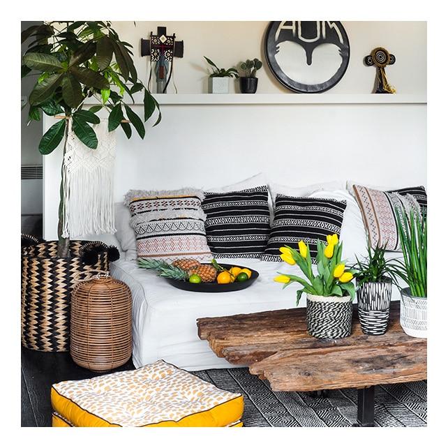 Intérieur ethnique avec une table basse en bois