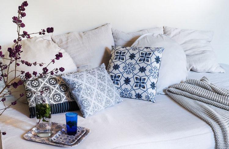 Canapé blanc avec coussins bleus à motifs orientaux