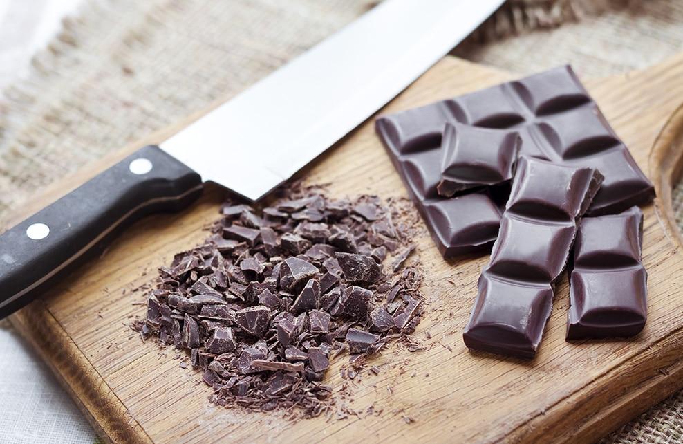 Morceaux de chocolat noir coupé sur une planche