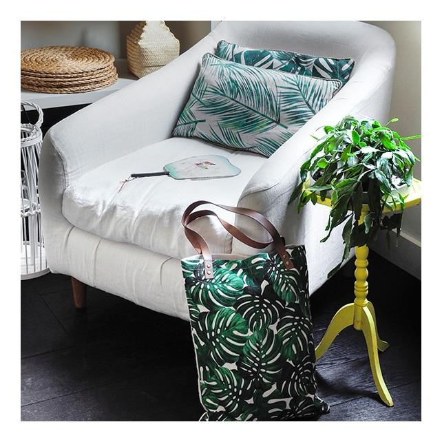 Coussins à motif tropical sur fauteuil