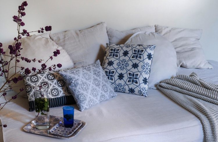Canapé avec coussins à motifs orientaux bleux et blancs