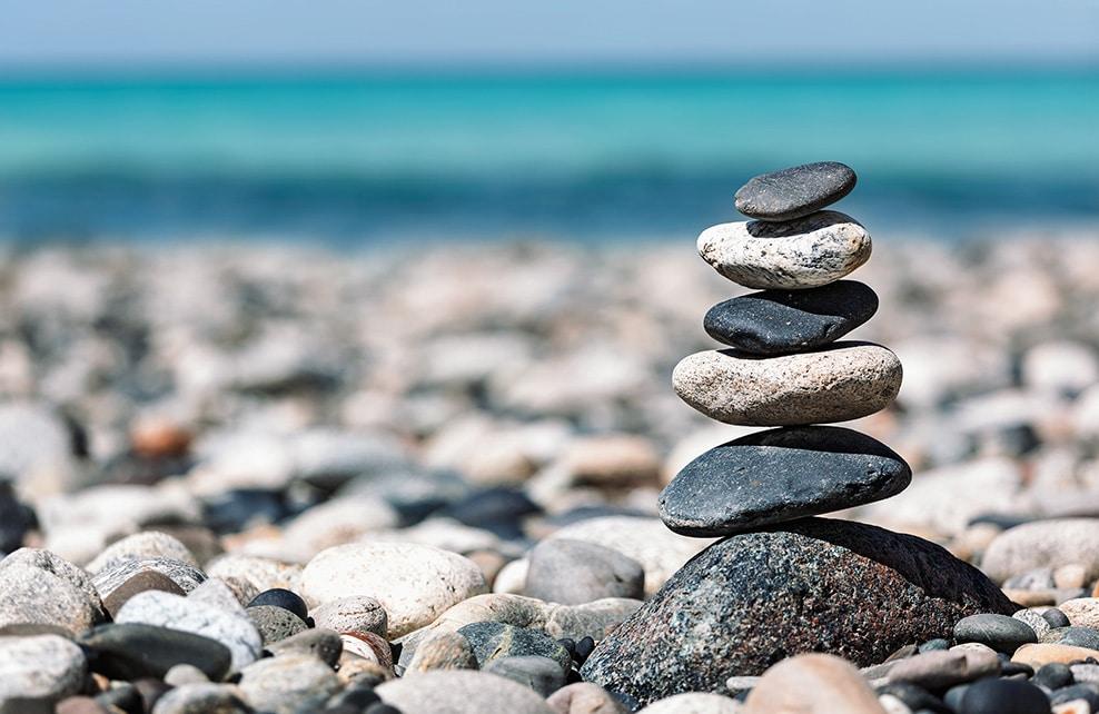 Empilage de galets zen sur une plage