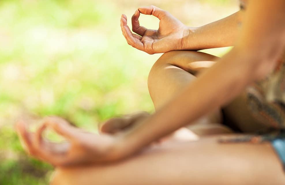 Close Up d'une jeune femme en train de méditer dans la nature
