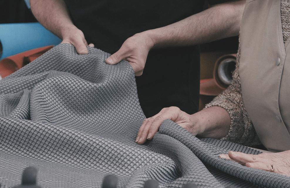 Ouvriers touchant la toile Lafuma