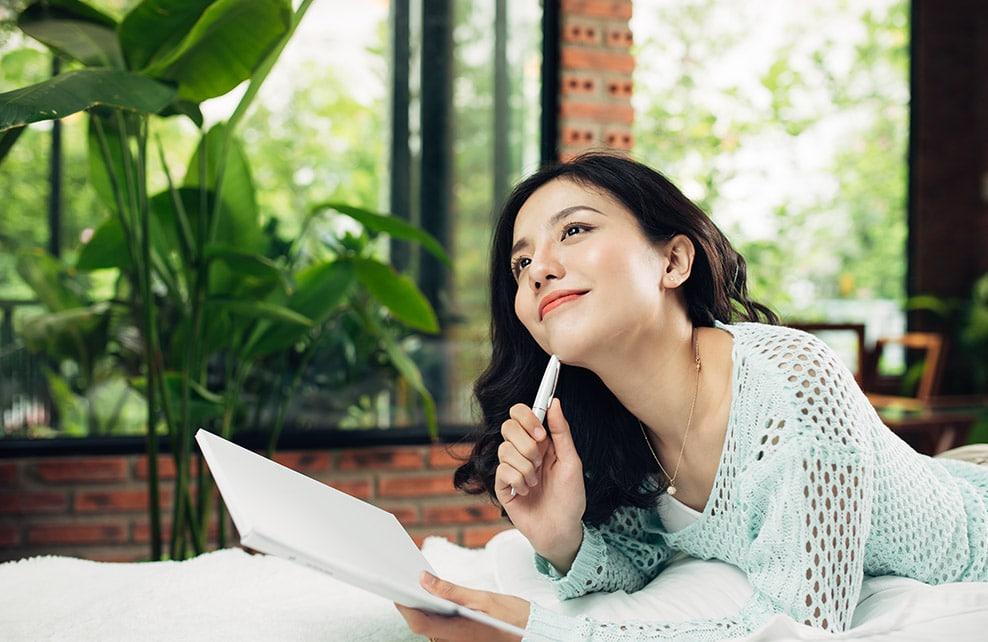 Jeune fille asiatique en train de réfléchir à un projet