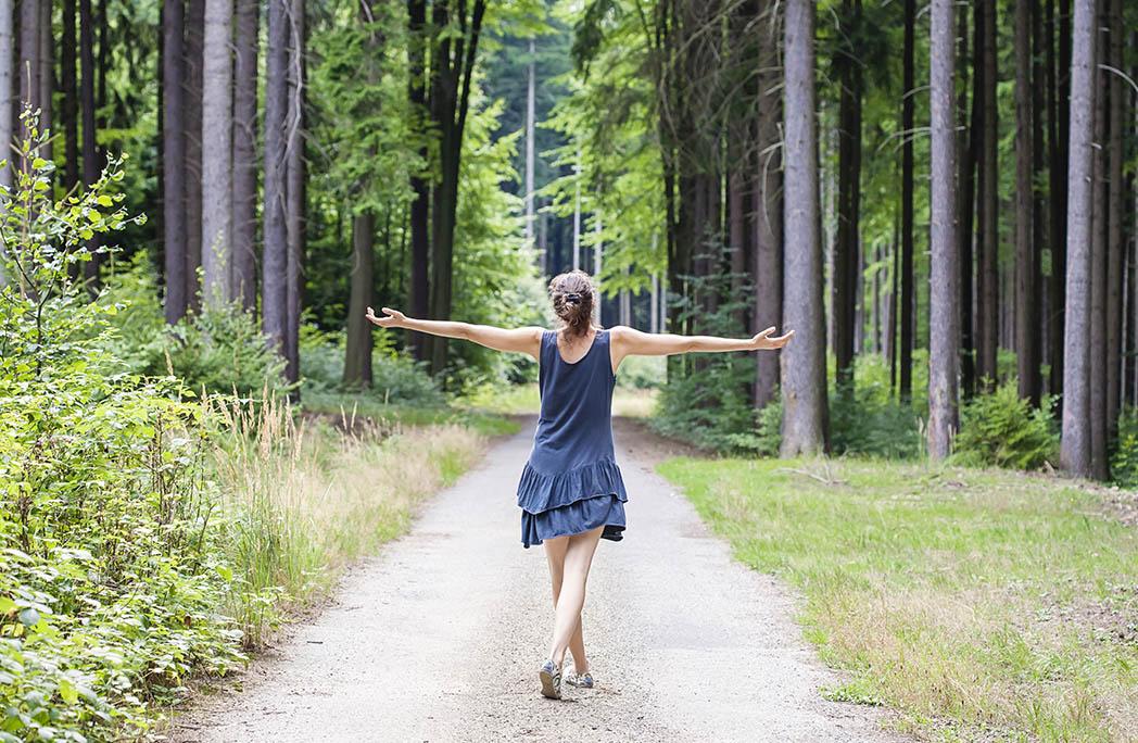 Femme marchant dans la forêt