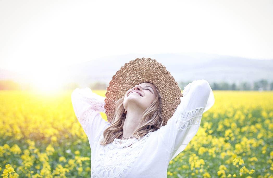 Femme regardant en l'air dans les champs