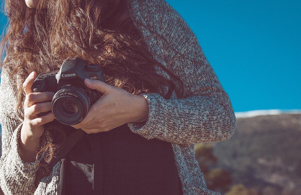 Jeune femme voyageant avec un appareil photo