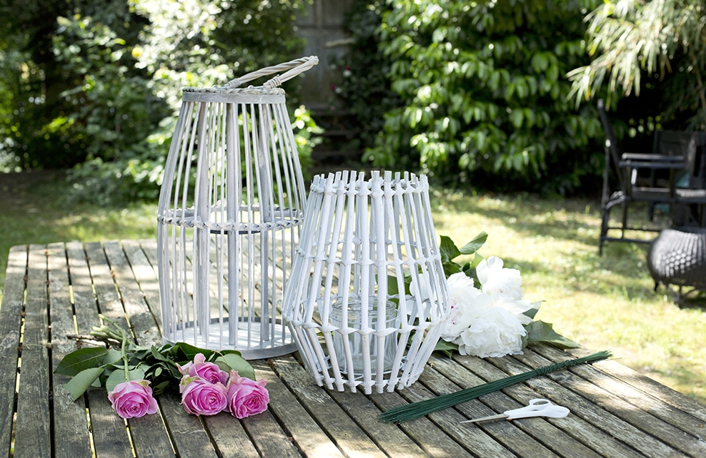 lanterne en bois sur table en bois, roses, dans jardin
