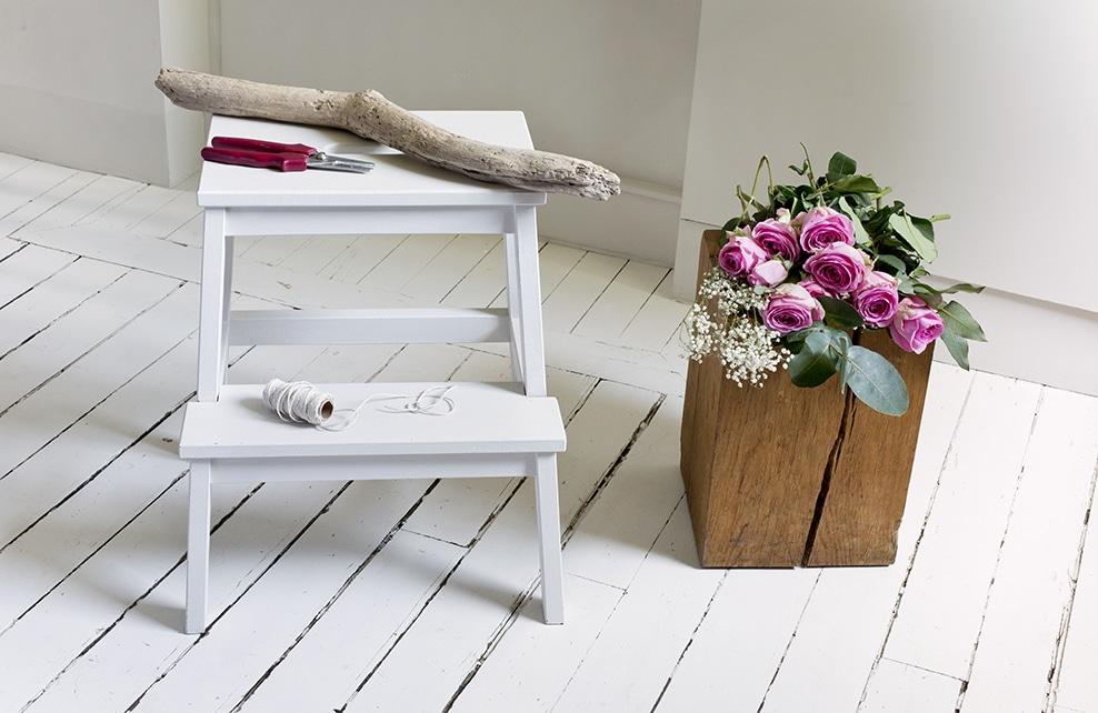 toubouret avec bois, bouquet de roses, coredelette sur parquet