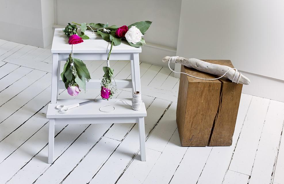 tabouret avec roses cordelette, bouquet sécateur et bois