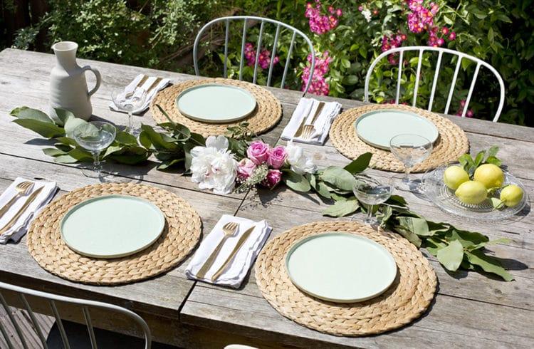 fleurs et feuillages sur table de jardin en bois, déjeuner ,rose, sécateur, chaise de jardin