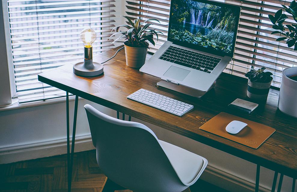 Bureau derrière persiennes avec ordinateur design