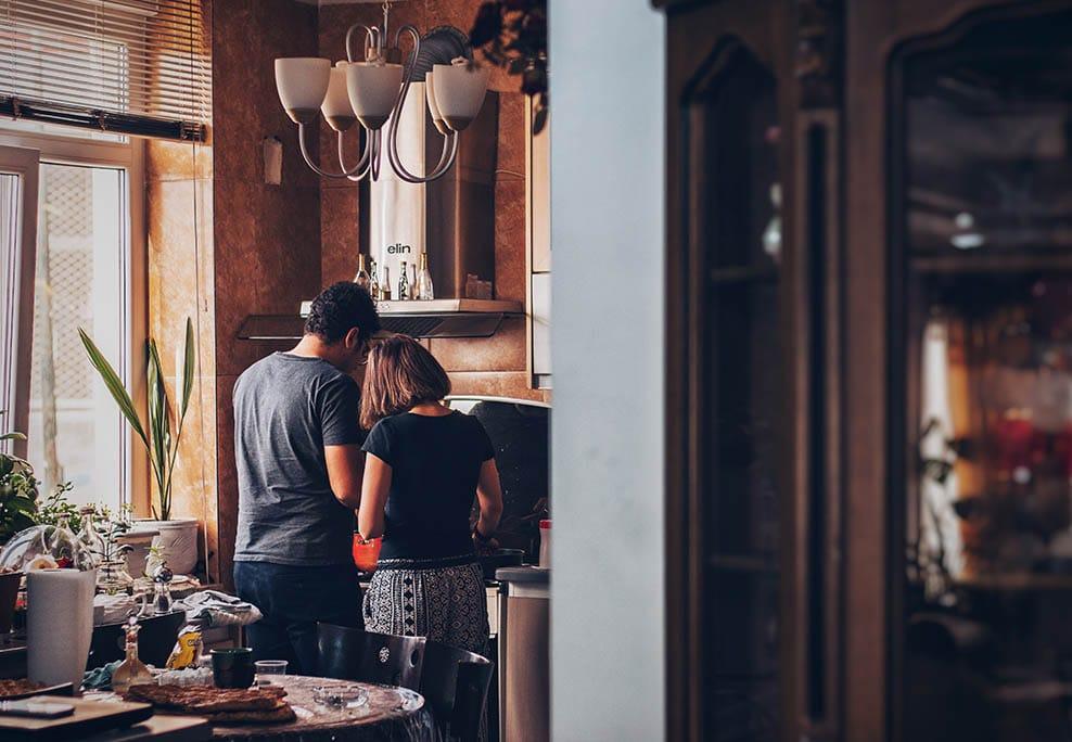 Couple cuisinant dans sa cuisine