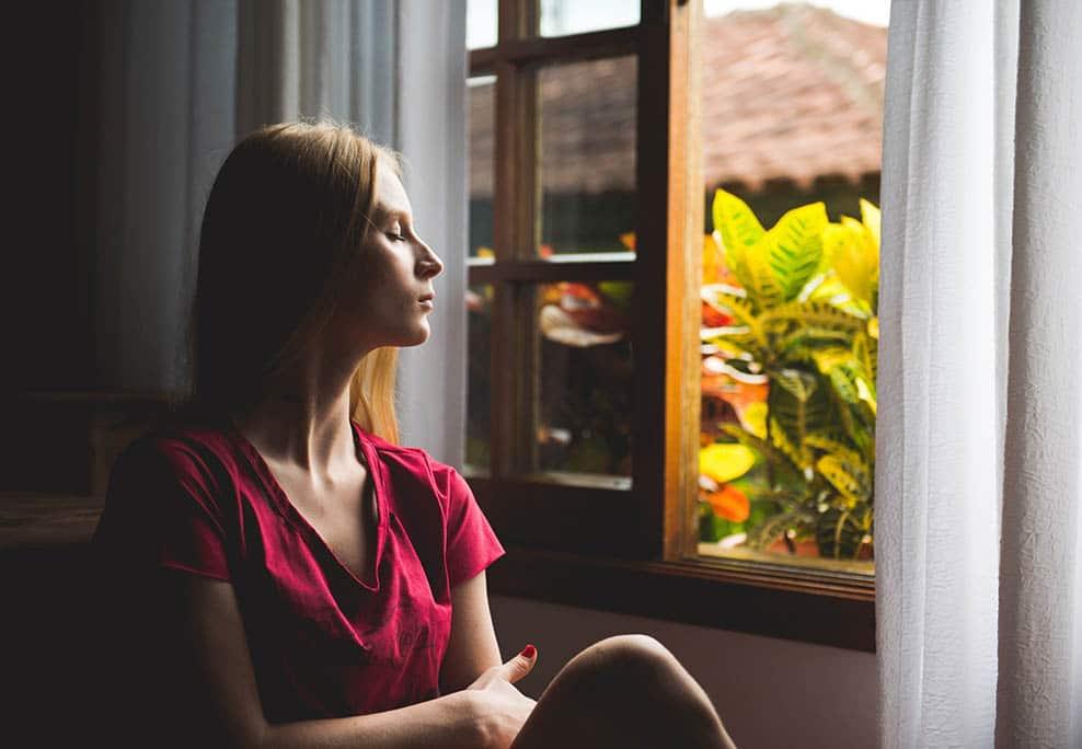 Femme pensive à la fenêtre