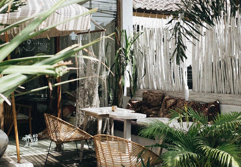 Terrasse ombragée avec canapé et fauteuils
