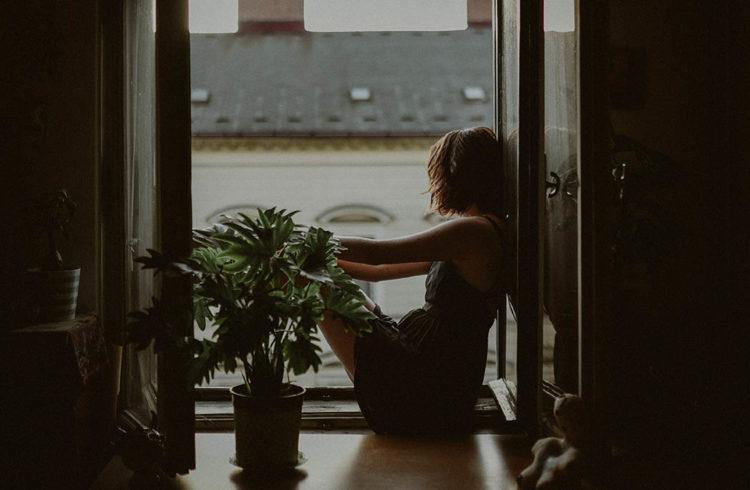 Femme au bord de sa fenêtre