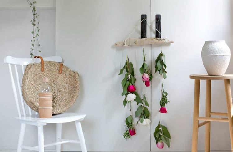 Suspension de fleurs accrochée à une poignet de placard