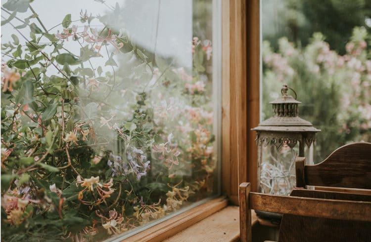 fenêtre ancienne avec tablette et photophore