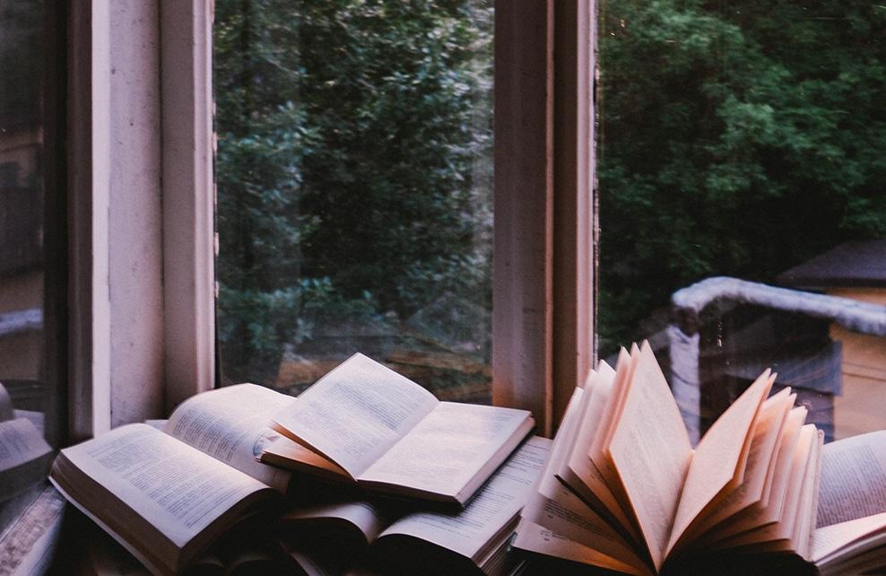 livre ouvert au bord d'une fenêtre