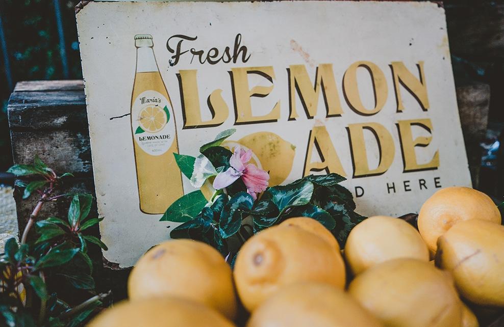 citron avec deriière liu une pancarte limonade à l'ancienne
