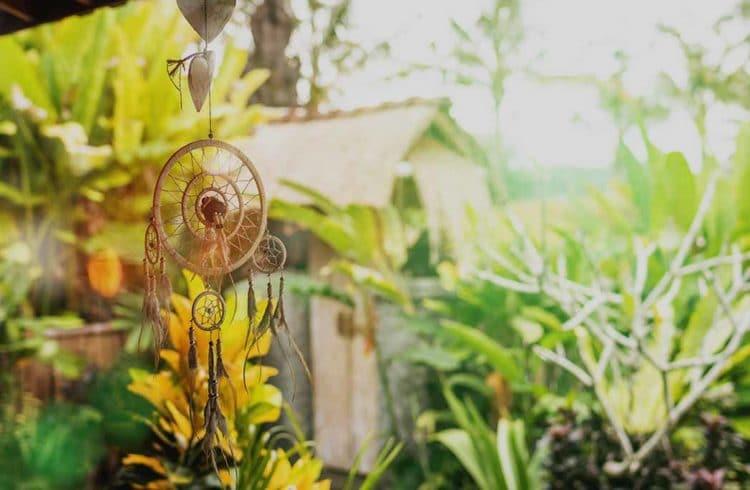 Attrape-rêve devant une maison dans un jardin