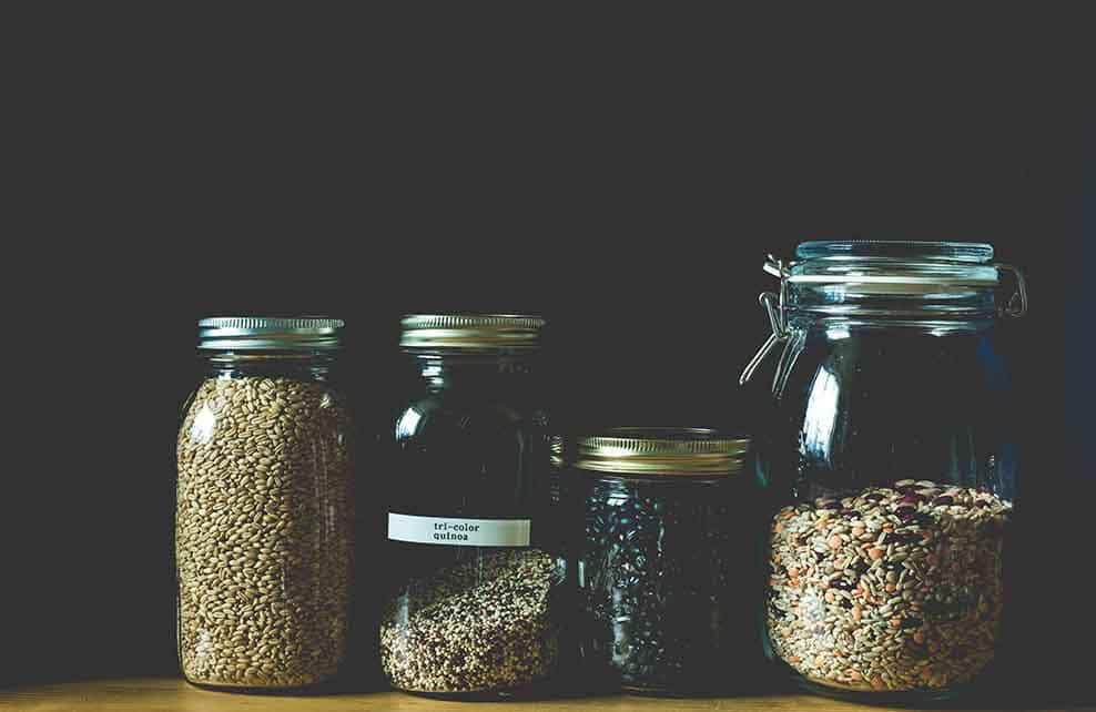 quatre pots transparents remplis de grains