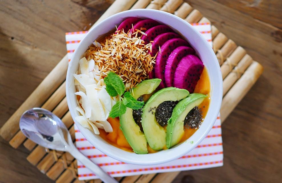 Bowl avec avocat choux riz, graines healthy