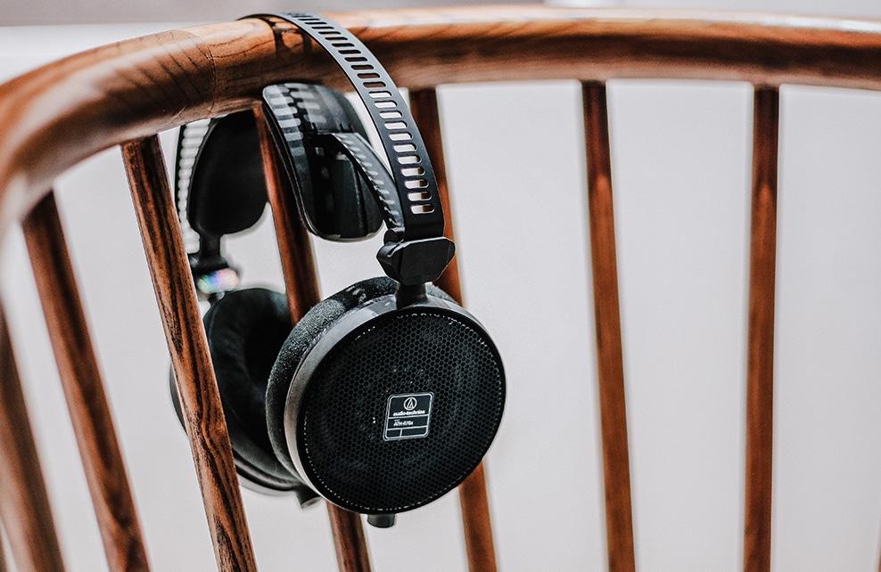 casque audio sur une chaise en bois